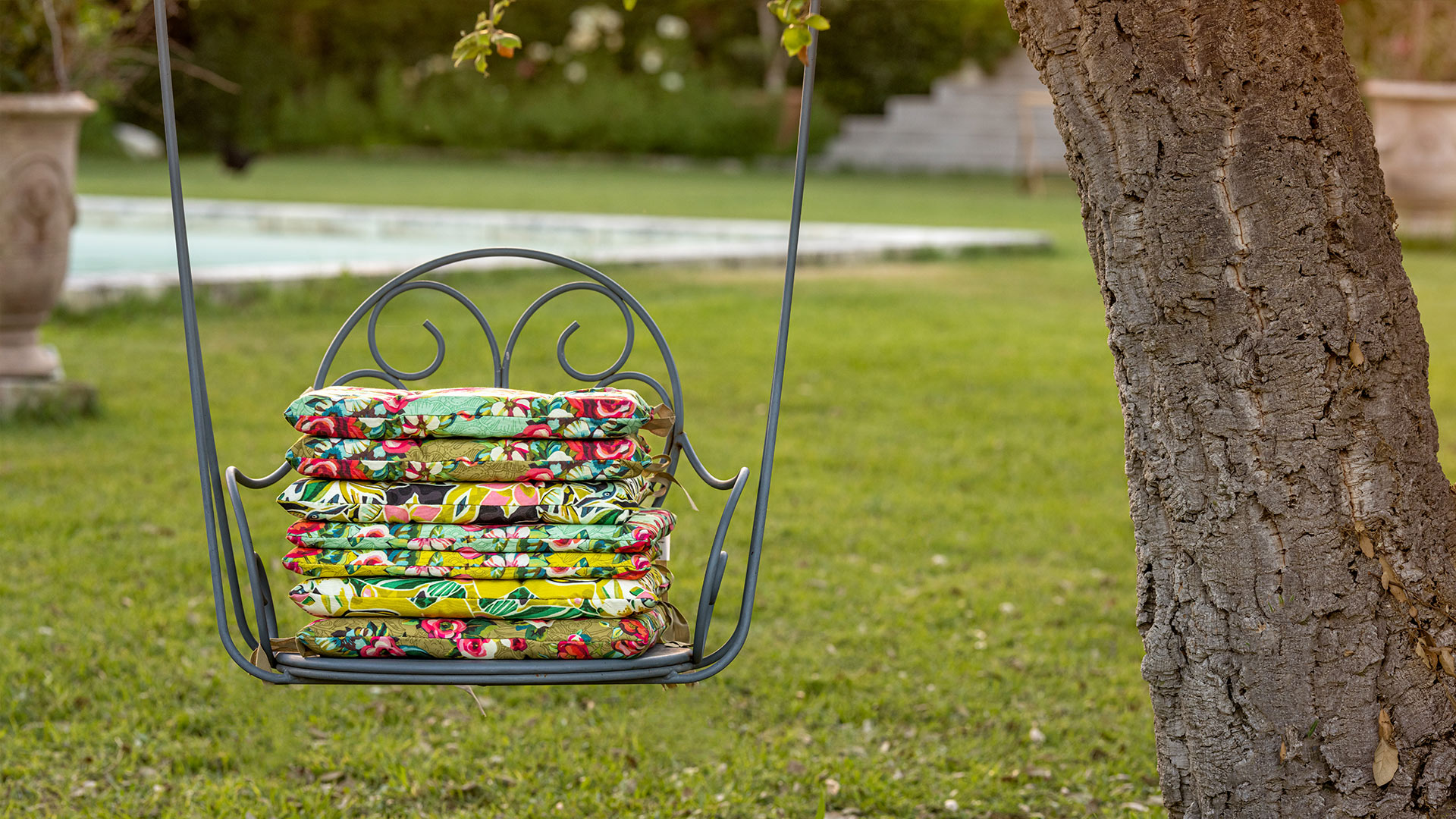 une série de galettes de chaises en tissu d'extérieur sur une balancelle